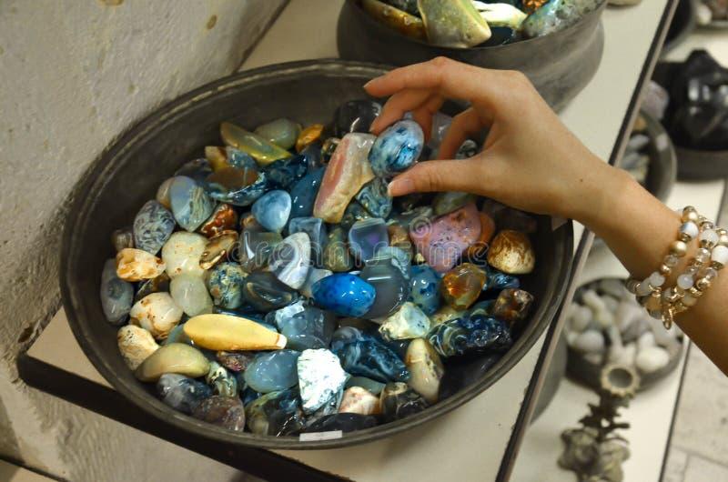Minerales en la mano femenina fotografía de archivo