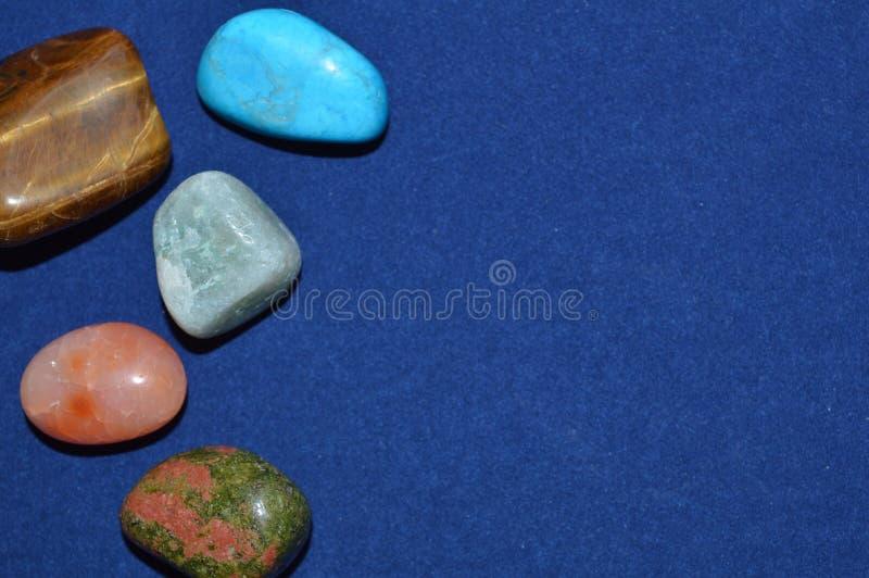 Mineralien und Edelsteine auf einem blauen Hintergrund stockfoto