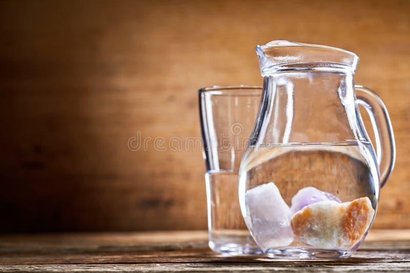 Mineralien versenkt in Krug Wasser lizenzfreie stockbilder