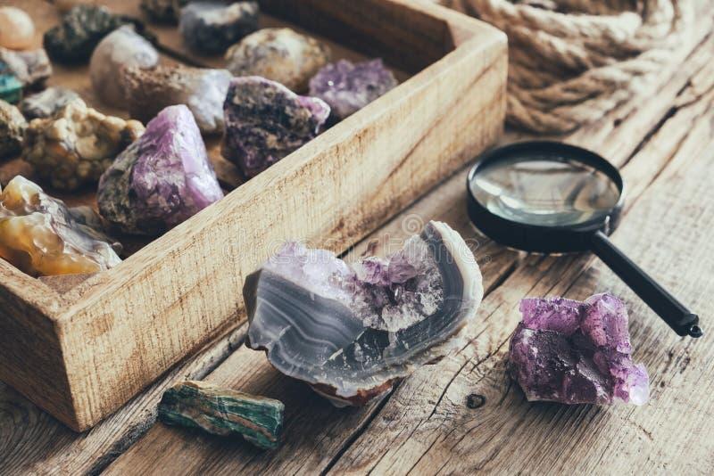 Mineralisk samling Ställ in från mineraliska stenar: turkos morion, rökig kvarts, bergkristall, chalcedony, ametist, agat, onyx arkivfoto
