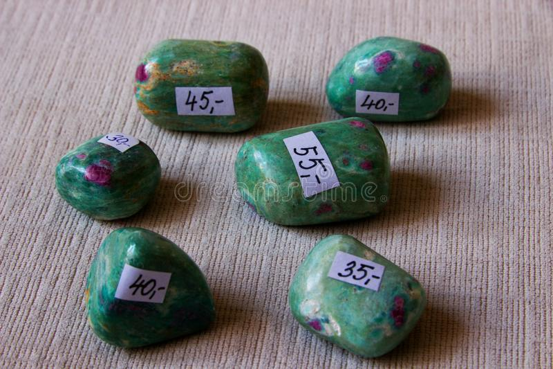 Mineralisk stenfuchsite fotografering för bildbyråer