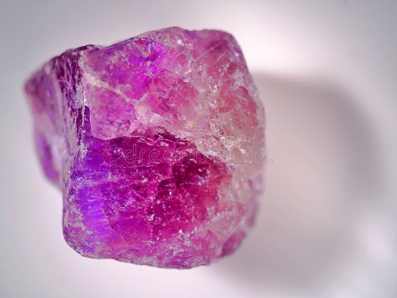 Mineralisk världsserie, ametistkristallsten på den vita och verkliga bakgrunden arkivfoton