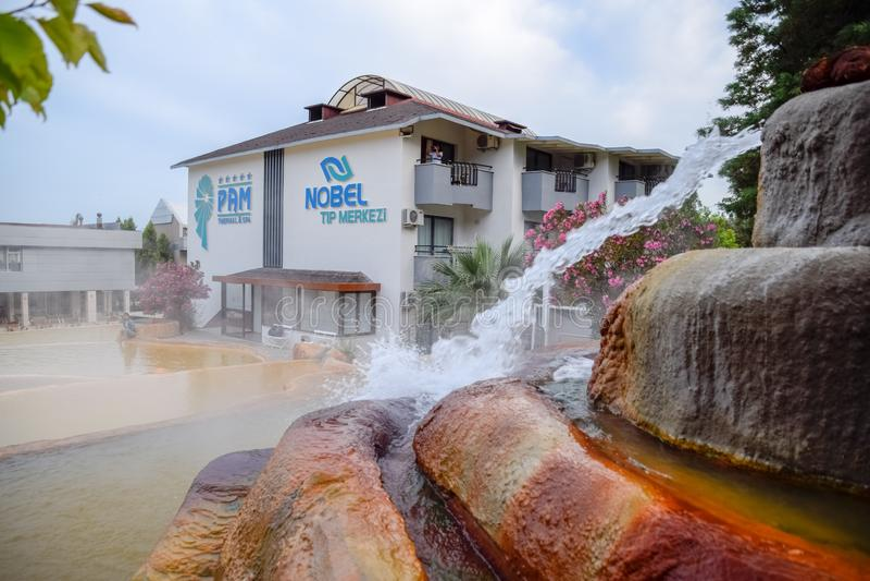Mineraliskt medicinskt vatten för Pam Thermal Hotel Hot vår royaltyfri foto