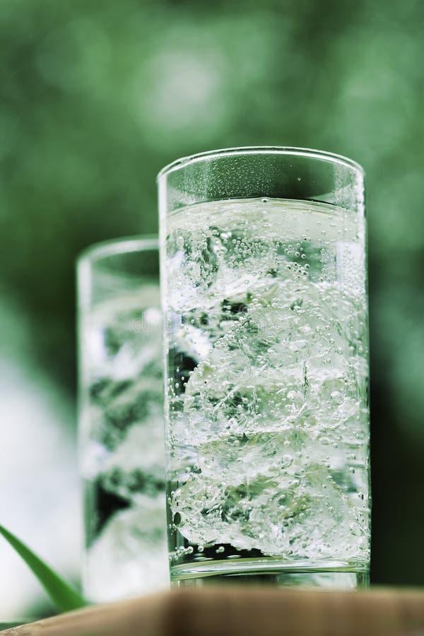 mineraliskt sparkling vatten för icecubes royaltyfria foton