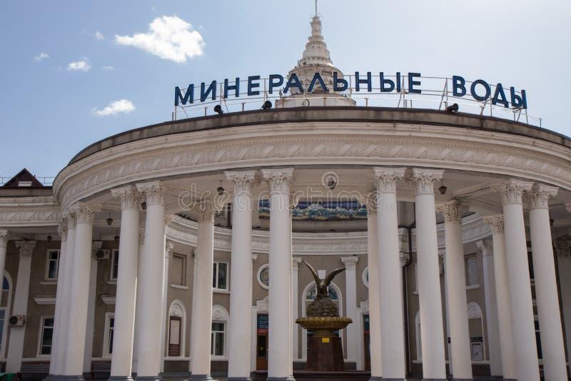 https://thumbs.dreamstime.com/b/mineralnye-vody-russie-station-caucase-du-nord-construisant-avec-les-piliers-et-la-statue-d-un-aigle-126316740.jpg