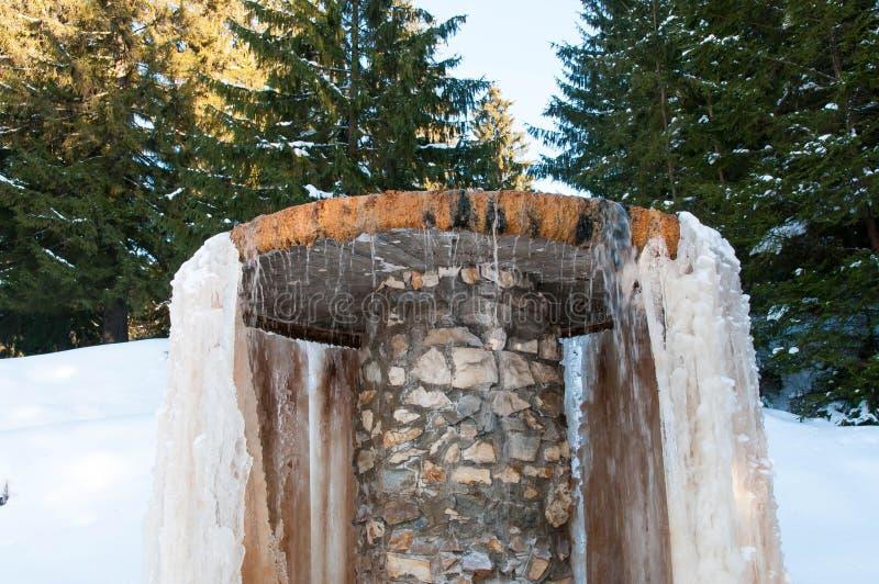 Mineralvattenspringbrunn builded med betong och stenen royaltyfri fotografi
