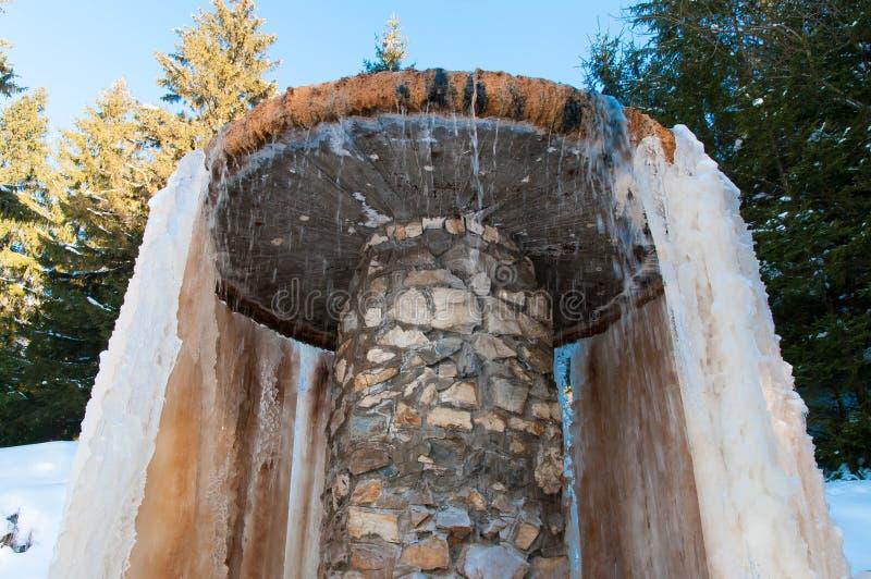 Mineralvattenspringbrunn builded med betong och stenen royaltyfria foton