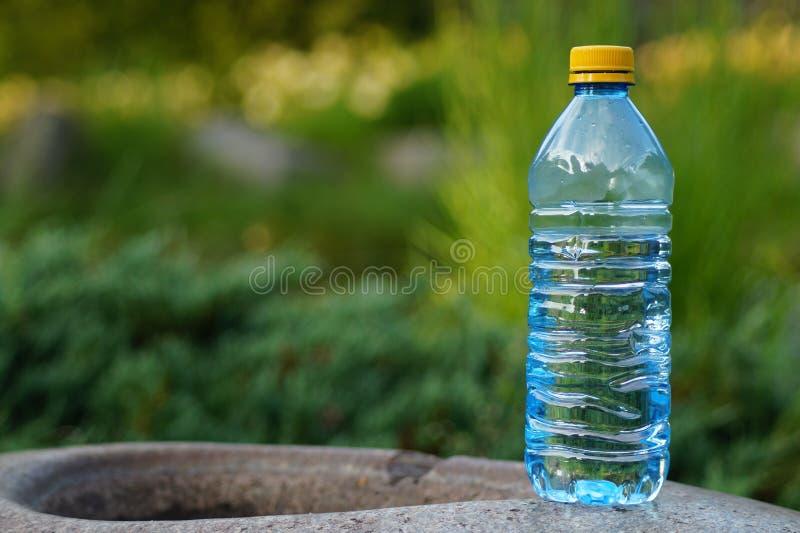 Mineralwasser in einer Flasche an einem heißen Tag stockfotografie