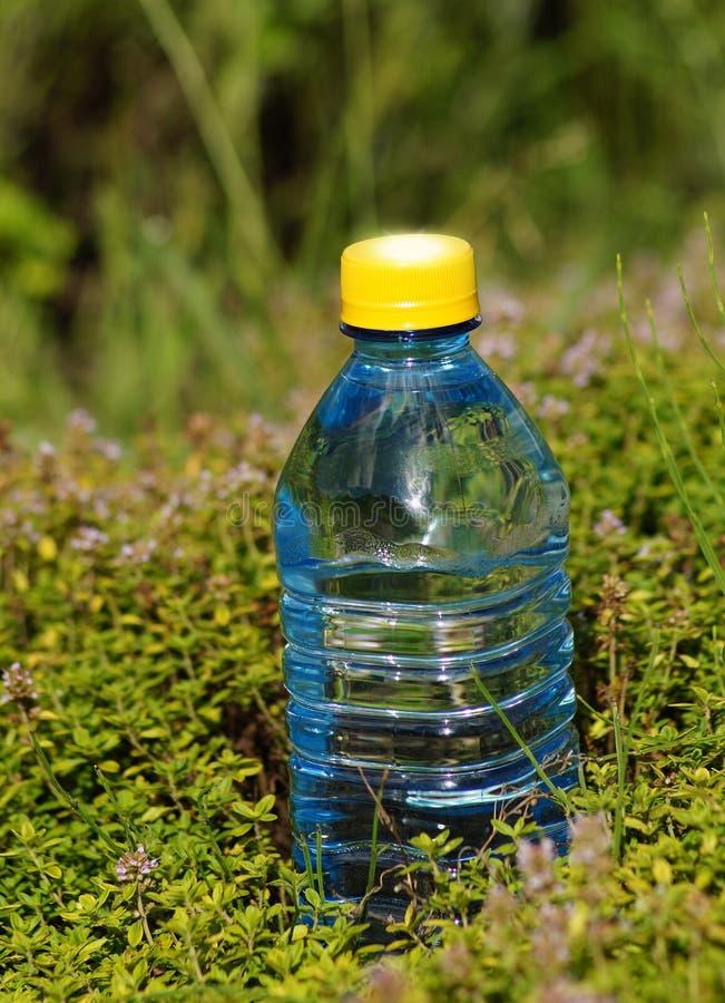 Mineralwasser in einer Flasche an einem heißen Tag stockbild