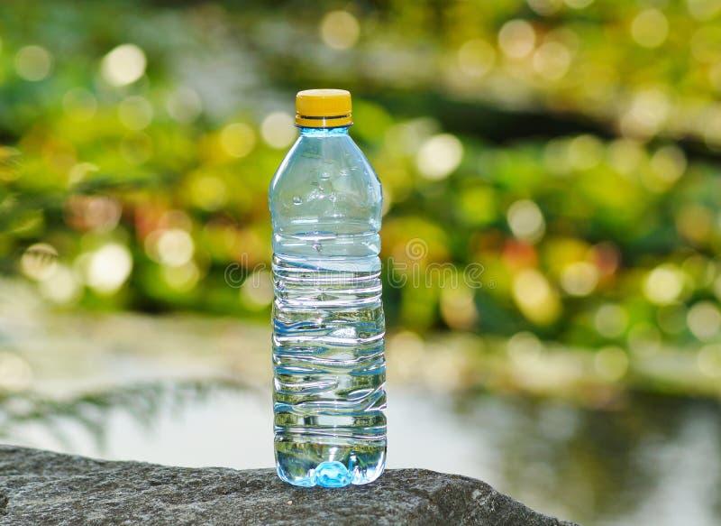 Mineralwasser in einer Flasche an einem heißen Tag stockfoto