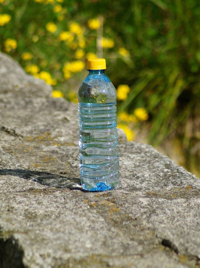 Mineralwasser in einer Flasche an einem heißen Tag stockbilder