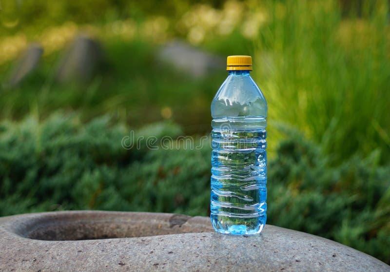 Mineralwasser in einer Flasche an einem heißen Tag lizenzfreies stockbild
