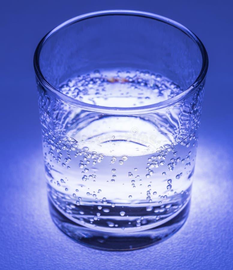 Mineralwasser mit Blasen stockbilder