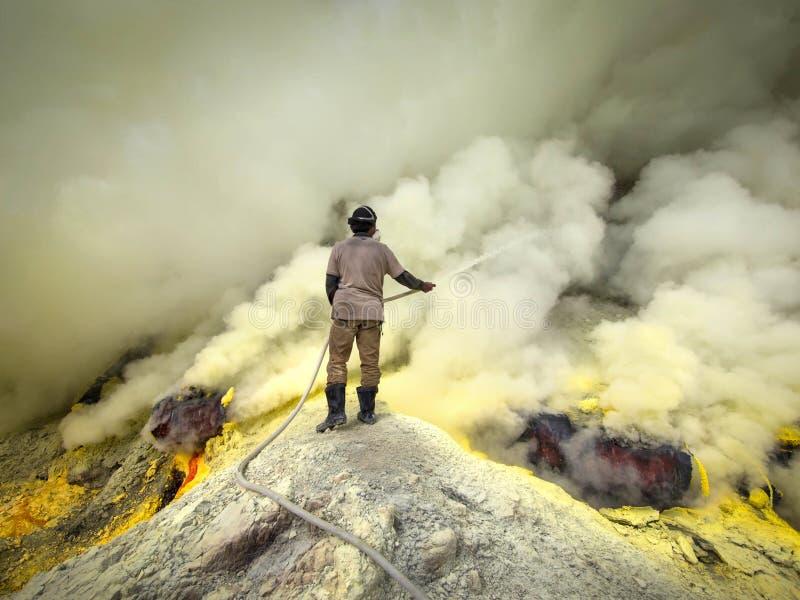 Minero Cooling Off Pipes del azufre en el volcán de Kawah Ijen, Indonesia fotos de archivo libres de regalías