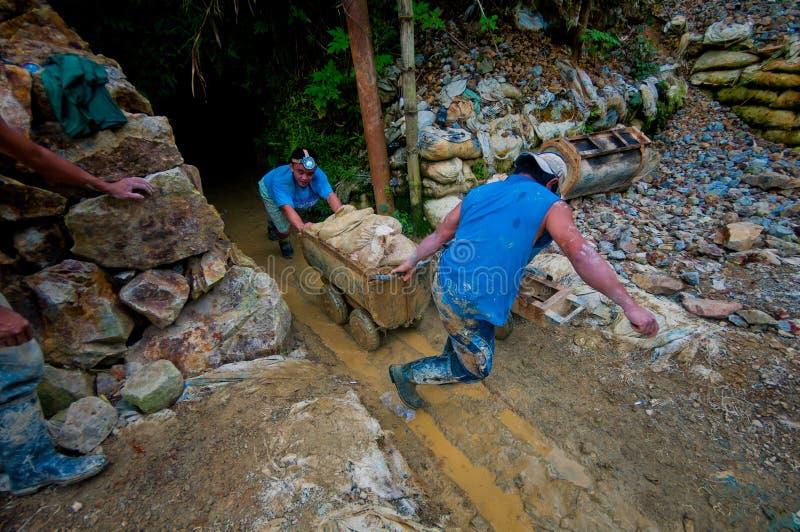 Mineros de oro que sacan el carro foto de archivo libre de regalías