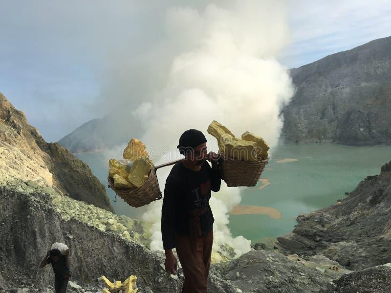 Mineros del azufre en el cráter de Ijen, Indonesia fotos de archivo libres de regalías