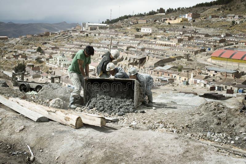 Mineros que vacian el carro de la mina en la mina de plata de Cerro Rico en Potosi fotos de archivo