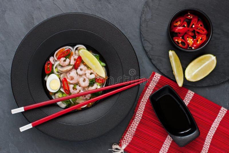 Minestra asiatica con le tagliatelle fotografia stock
