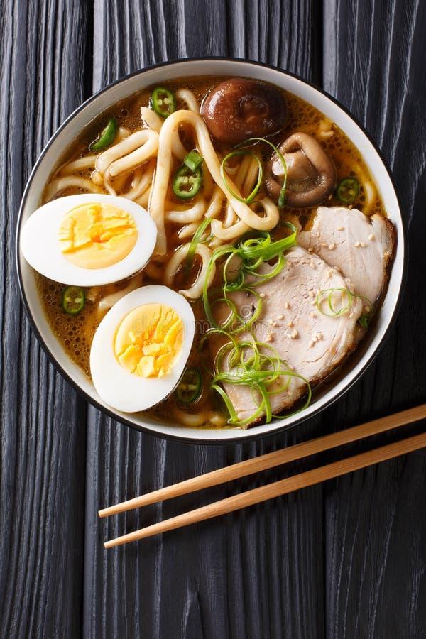 Minestra asiatica con le tagliatelle del udon, carne di maiale, uova sode, funghi di stile immagine stock libera da diritti