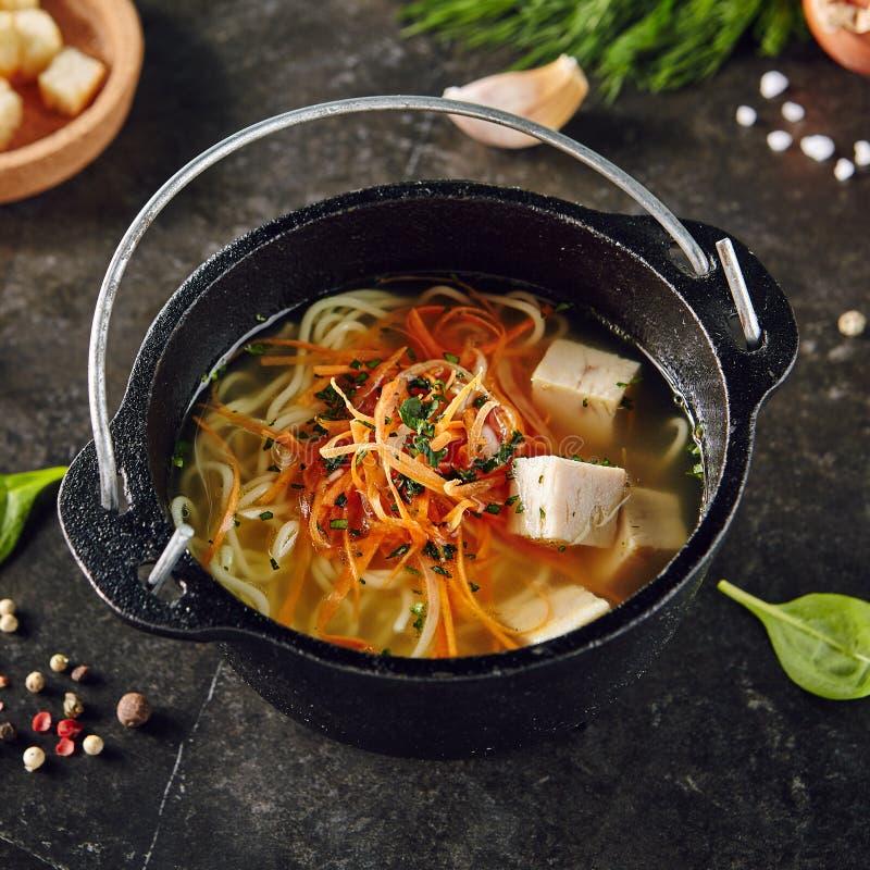 Minestra asiatica tradizionale con le tagliatelle ed il pollo fotografia stock