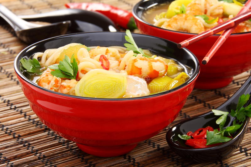 Minestra cinese dei pesci con gambero. immagini stock