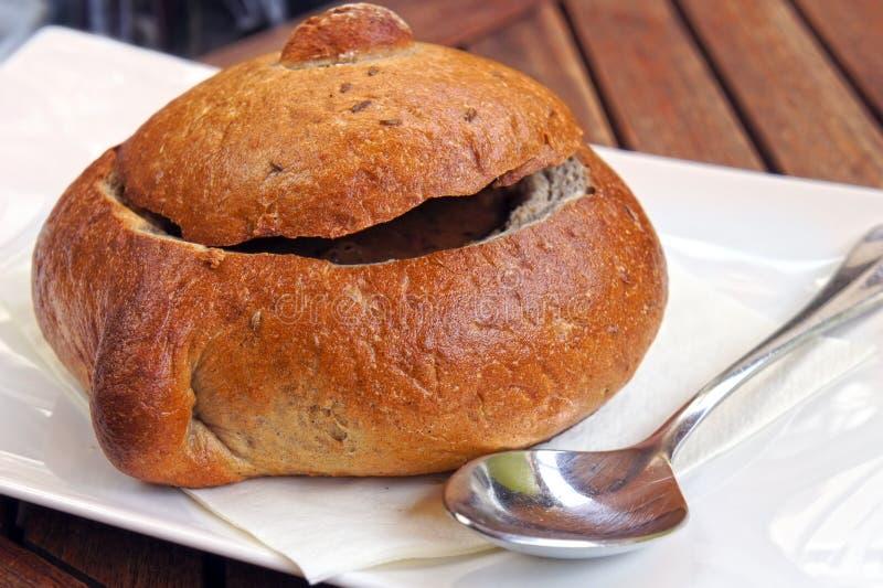 Minestra in ciotola del pane fotografia stock libera da diritti