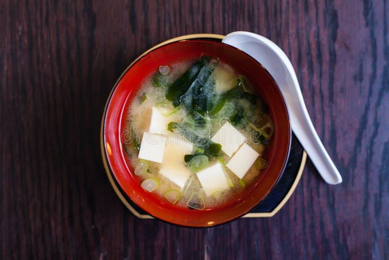 Minestra con il tofu e l'alga fotografie stock