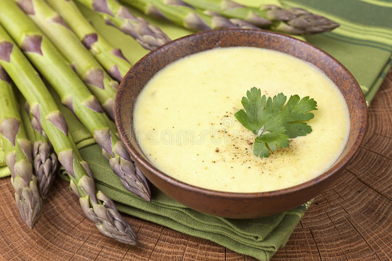 Minestra crema dell'asparago fotografia stock libera da diritti