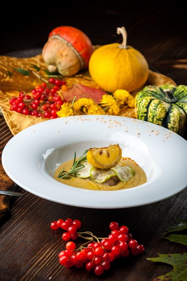 Minestra crema della zucca con il som del pesce Un pasto di Halloween immagini stock libere da diritti