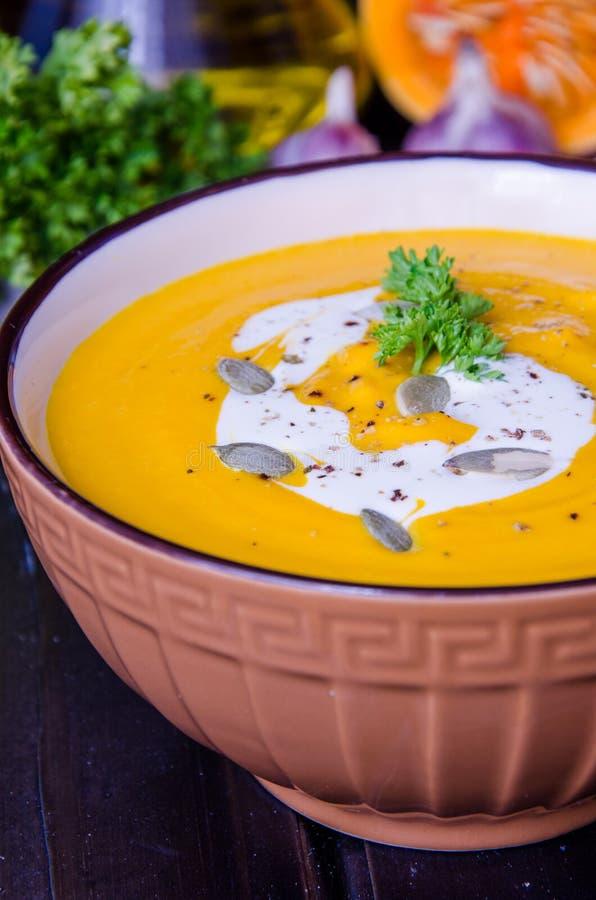 Minestra crema della zucca con le lenticchie rosse e la carota immagine stock libera da diritti
