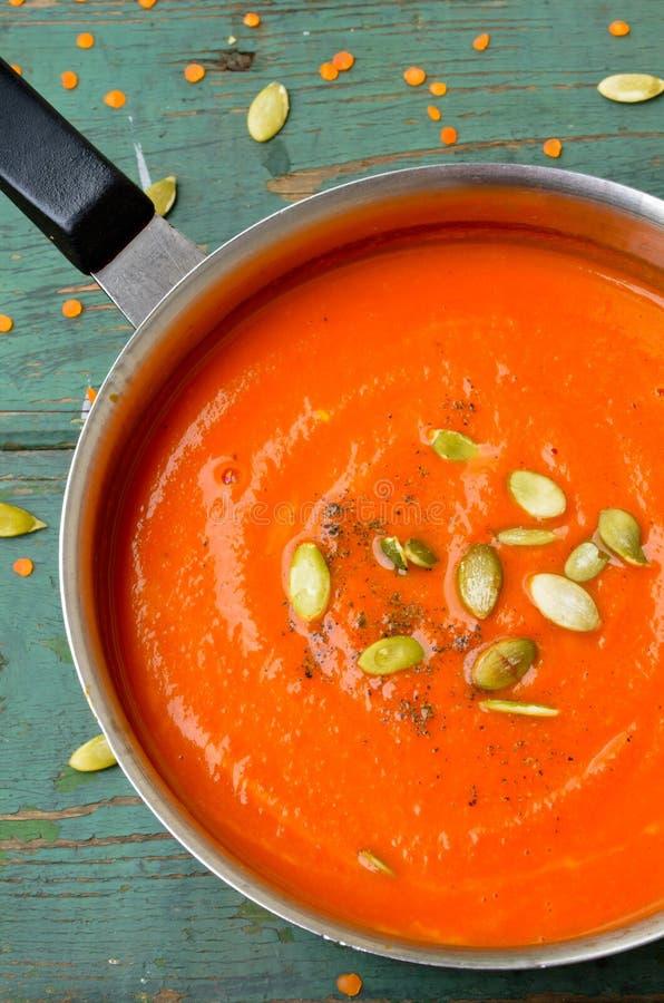Minestra crema delle zucca-lenticchie vegetariane con il seme di pepo fotografia stock libera da diritti