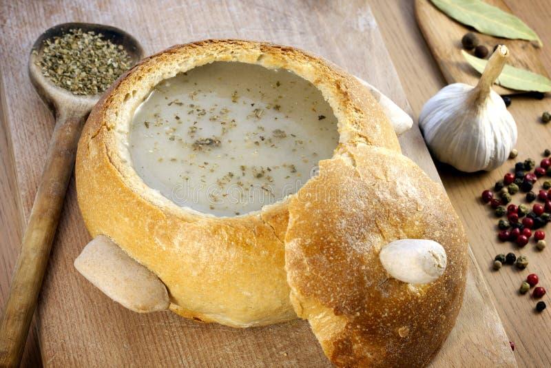 Minestra crema in zolla del pane immagini stock libere da diritti