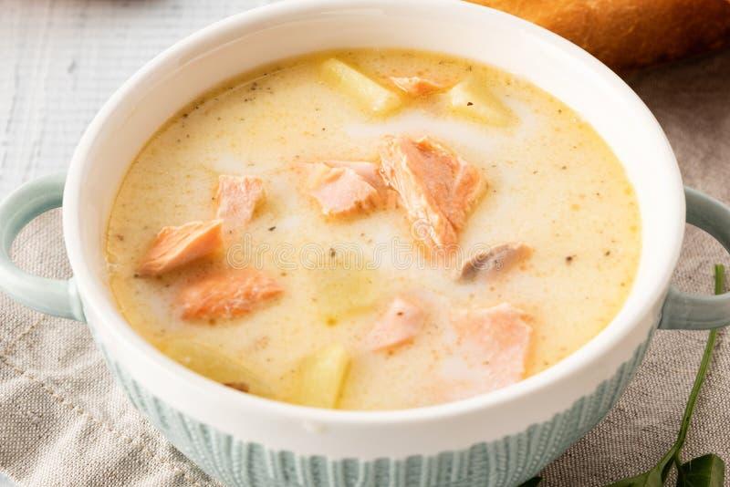 Minestra cremosa finlandese con il salmone, le patate, le cipolle e le carote immagini stock