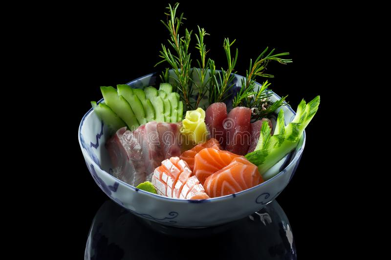 minestra dei sushi con riso ed il pesce in un piatto immagini stock