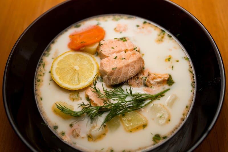Minestra del pesce della Finlandia con il salmone fotografia stock libera da diritti