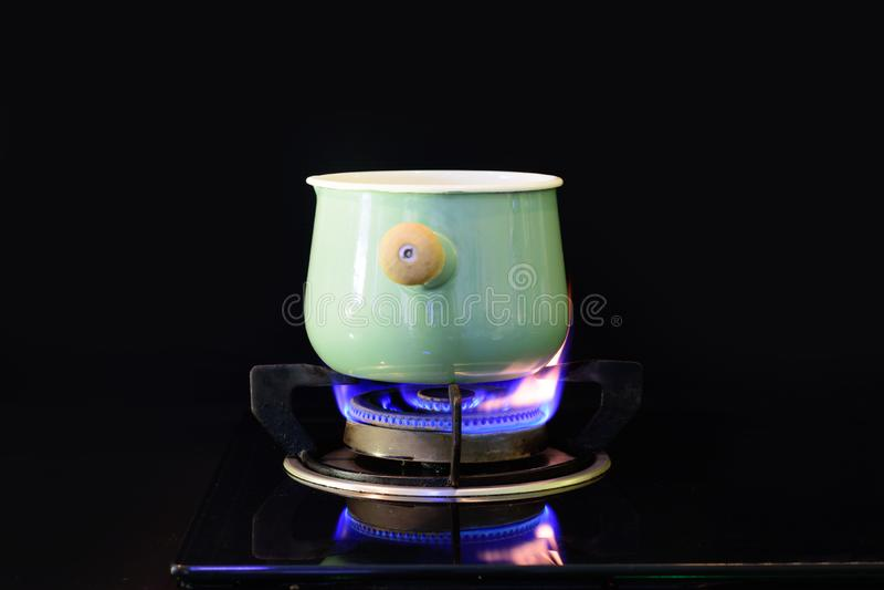 Minestra dell'acqua bollente in un'annata del vaso fotografie stock