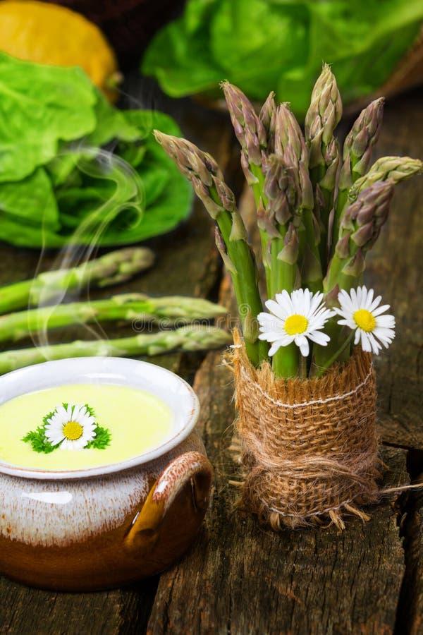 Minestra dell'asparago ed asparago verde immagine stock