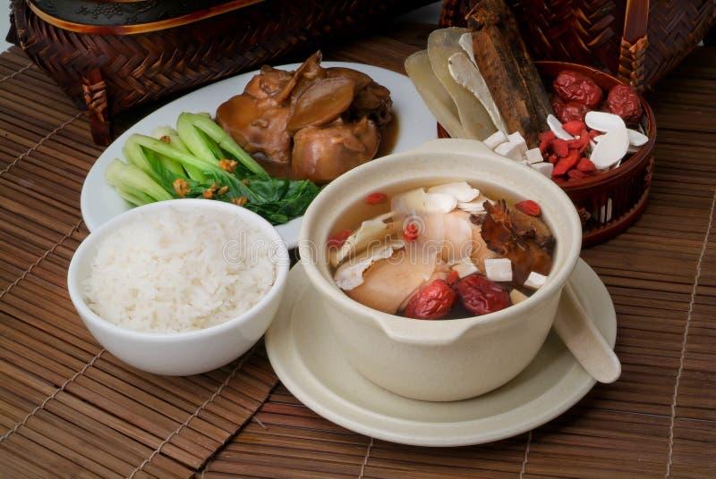 Minestra dell'erba e del pollo in POT e riso immagine stock
