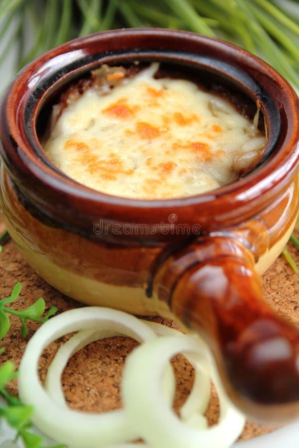 Minestra della cipolla con formaggio immagini stock