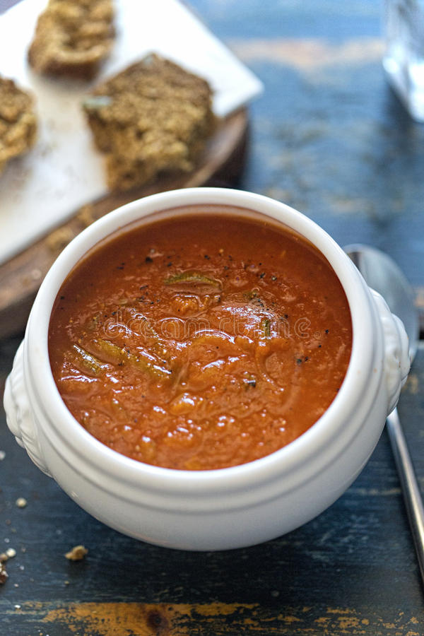 Minestra della crema dello zucchino di Tomatoe fotografie stock