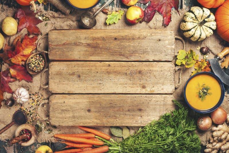 Minestra della zucca o della verdura ed ingredienti, spazio per testo fotografie stock libere da diritti