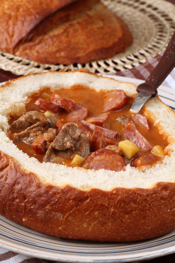 Minestra di goulash in una ciotola del pane immagini stock libere da diritti
