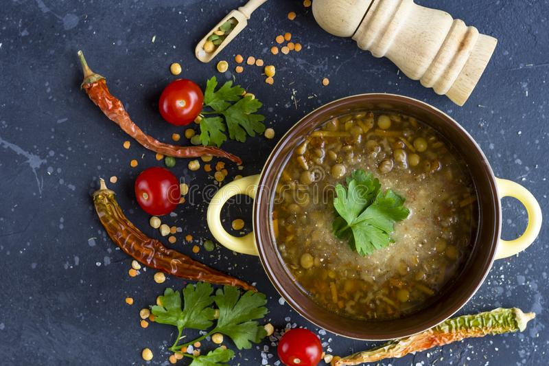 Minestra di lenticchia turca tradizionale Minestra vegetariana casalinga con la lenticchia fotografia stock libera da diritti