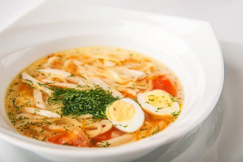 Minestra di pasta casalinga con aneto, primo piano delle uova di quaglia su un piatto fotografia stock libera da diritti