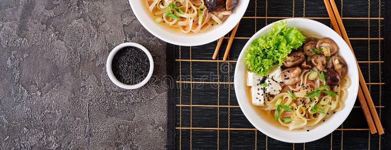 Minestra di pasta del vegano con il formaggio del tofu, i funghi di shiitake e il lettu immagini stock