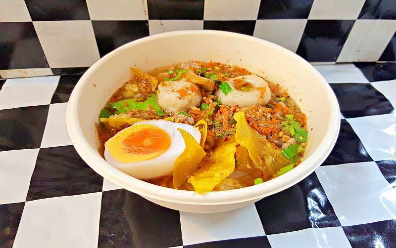 Minestra di pasta piccante della carne di maiale di TOM YAM con citronella fotografia stock