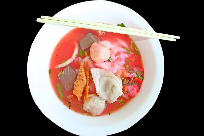 Minestra di pasta stile tailandese autentica con i fishballs, la pelle croccante del wonton e la salsa rossa casalinga speciale immagini stock
