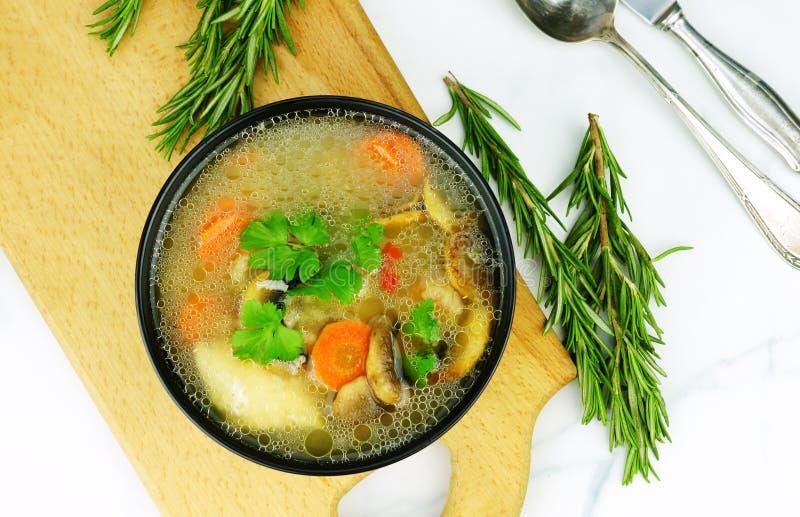 Minestra di pollo casalinga con le verdure ed il riso in una ciotola immagine stock