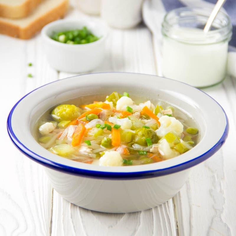 Minestra di verdura con il cavolfiore, i cavoletti di Bruxelles, il cavolo bianco, le carote ed i piselli Pranzo sano delizioso,  fotografia stock