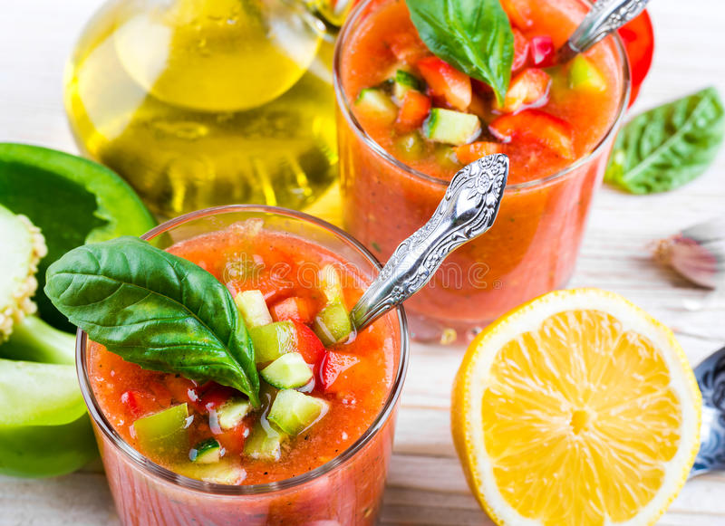 Minestra di zuppa di verdure fredda del pomodoro con pepe immagine stock libera da diritti